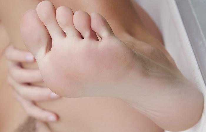 (足マニアえろ写真)密かに味もみておきたいww女子の清楚な足裏wwwwww