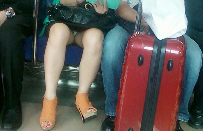 【パンチラエロ画像】座っていればいつか拝めるw電車内の対面ミニスカチラwww
