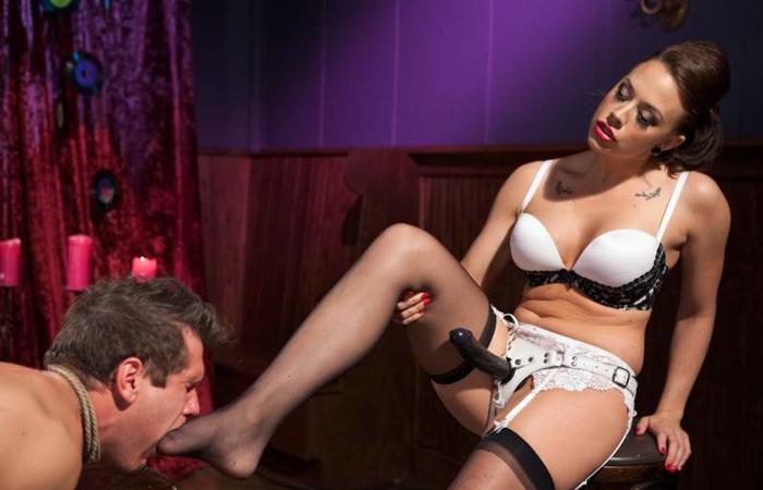 (SMえろ写真)これが女尊男卑か…M男を虐げて嘲笑う女王様の図wwwwww