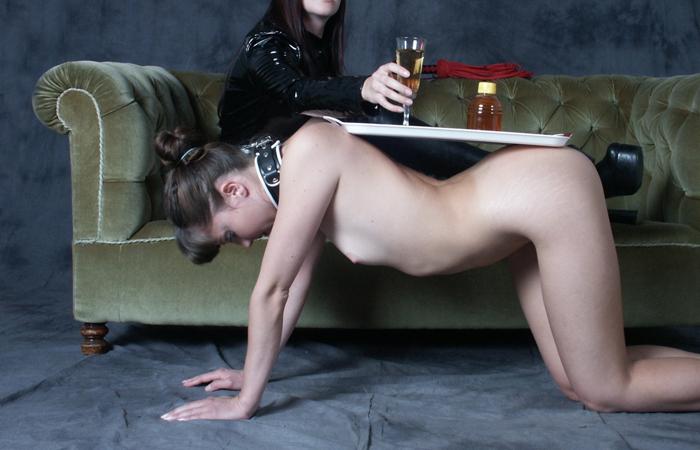 【SMエロ画像】主人の役には立ってるけど…家具扱いされたM女たちwww