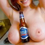 【海外エロ画像】おっぱいを肴に飲む味は格別?酒と裸の外人さんwww