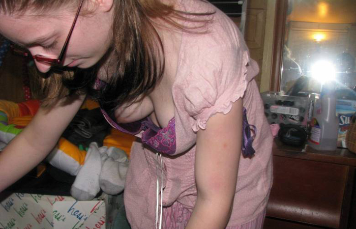 【海外エロ画像】ノーブラ&薄着故の必然!乳首チラ&ポロリはセレブの嗜みだそうなwww