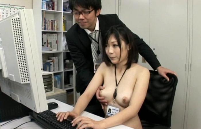 (社内レディーえろ写真)せくはらホイホイwwクールビズ過ぎる裸勤務社内レディーさんwwwwww