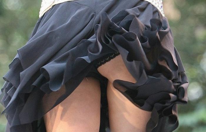 (パンツ丸見ええろ写真)ロングスカートもペロンww一瞬だから見逃せない風パンツ丸見えwwwwww