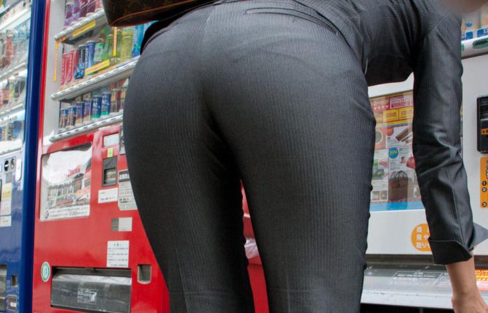 (働く女性えろ写真)今にも真ん中破れそう…パンツスーツ女性の危うい着尻wwwwww
