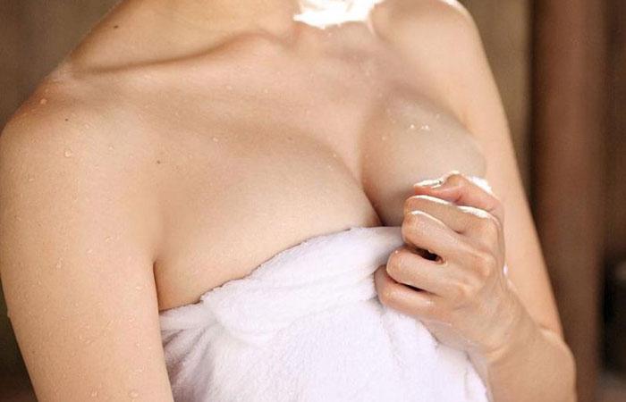 (風呂上がりえろ写真)またヤリたいから巻いているwwBUSタオル女の誘う素肌wwwwww