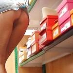 【ノーパンエロ画像】パンツ履かない外人さんたちの店内での簡単露出www
