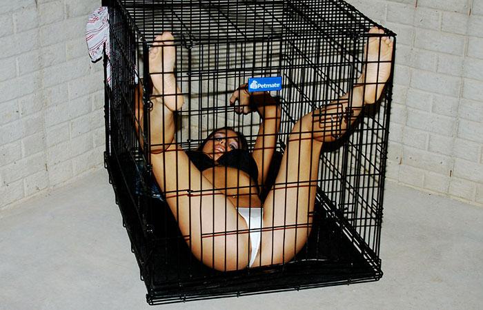 【SMエロ画像】こんな狭いとそりゃ服従もするわ…な檻監禁中のM美女www