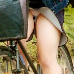 【パンチラエロ画像】自転車にミニスカさんが乗ってたらその股間に注目!
