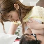 【乳首エロ画像】大人だっておっぱいに甘えたいから乳首を咥えて吸う図www