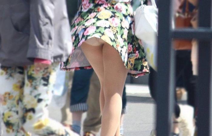 (パンツ丸見ええろ写真)強いの吹いたらミニを探せ☆見逃されなかった風チラ女子wwwwww