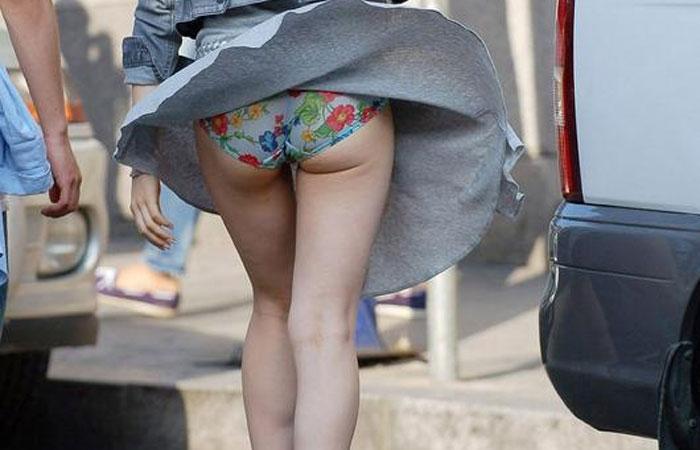 【パンチラエロ画像】スカートは風に舞うw脳裏に焼き付く風チラの瞬間www