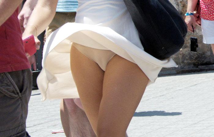(パンツ丸見ええろ写真)スカート軽い外人さんは頻繁ww風のオシオキで下着がマル見えwwwwww