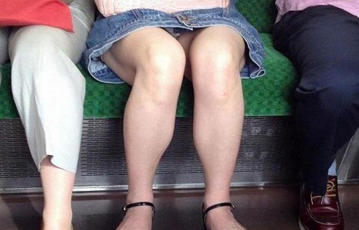 【パンチラエロ画像】対面さえ座れれば…膝のバッグも無ければ絶景の電車パンチラwww