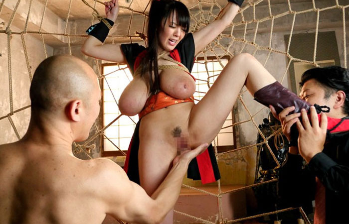 (コスプレえろ写真)捕まるのはお約束ww男を翻弄できないくノ一たちの性的拷問wwwwww