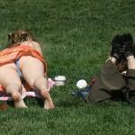 【パンチラエロ画像】日光浴で尻丸出し!行楽日和の寝パンチラ撮りwww