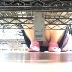 【パンチラエロ画像】棚の向こうに気配!下を除けばパンツ履いた股間がwww