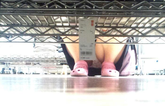 (パンツ丸見ええろ写真)棚の向こうに気配☆下を除けばパンツ履いた股間がwwwwww