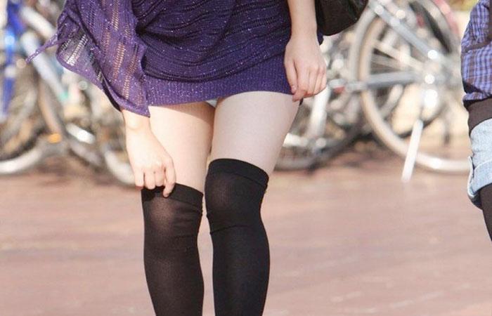 【パンチラエロ画像】ミニ履いてるなら覚悟はあるでしょwミニスカうっかりチラ見えwww