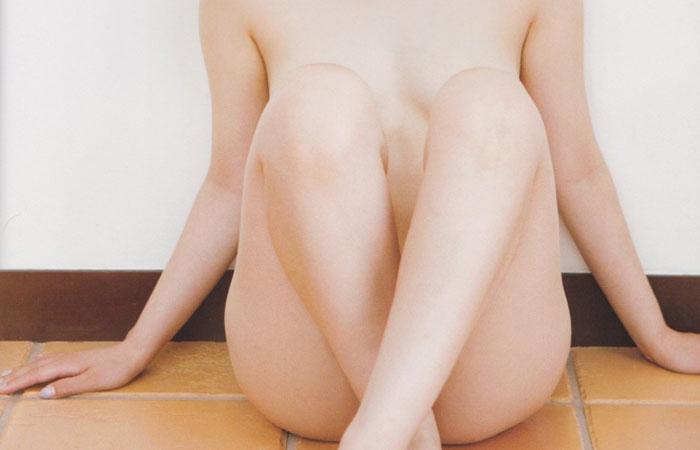 (美足えろ写真)隠れて見えないなら開けばイイww体育座りで隠した股間を横尻付きでwwwwww