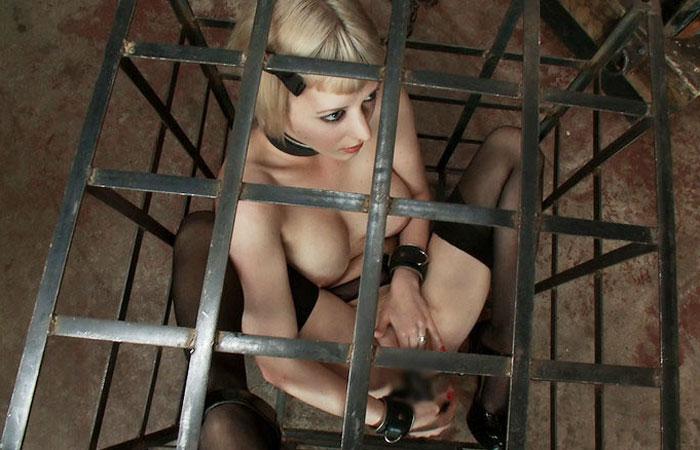 【SMエロ画像】脱出不可能!服従するまで狭い檻で調教されるM女たちwww