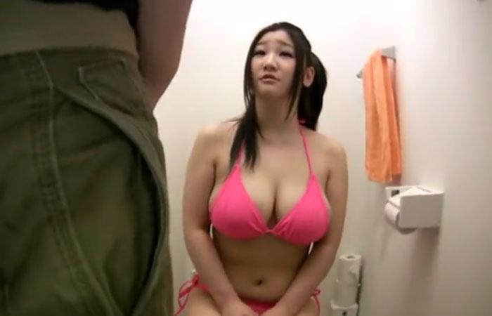 (三次えろムービー)トイレの中でお乳に肉棒を擦りつけられ射精も浴びる美巨乳小娘wwwwww
