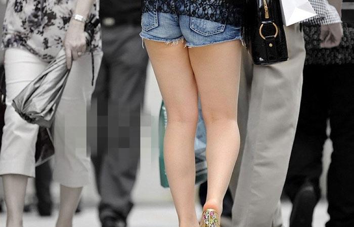 【美脚エロ画像】夏だから下まで生!ショーパン女子達の輝かしい下半身www