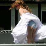 【パンチラエロ画像】偶然を引き寄せて見えた!風パンチラで生尻ゲットwww