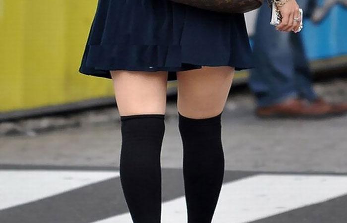 (美足えろ写真)ニーソの影響で生太ももが…街の絶対領域を無差別撮りwwwwww