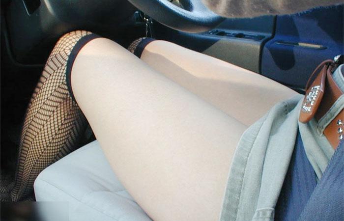 (美足えろ写真)運転中ならズリ上がりやすいww車内でミニスカ女子の下着と太ももチェックwwwwww