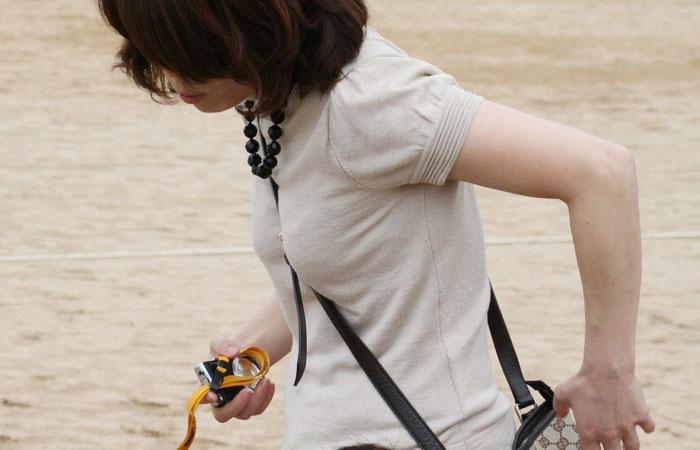 【パイスラエロ画像】手提げに負けるな!たすき掛けバッグならではのパイスラ着胸www