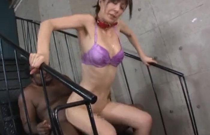 (三次えろムービー)ガチムチアフリカ人との極太SEXではげしく乱れる細身美人妻☆