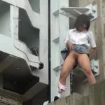 【放尿エロ画像】悪ノリどころの問題じゃない!JKたちがはしゃぎながら公開放尿www