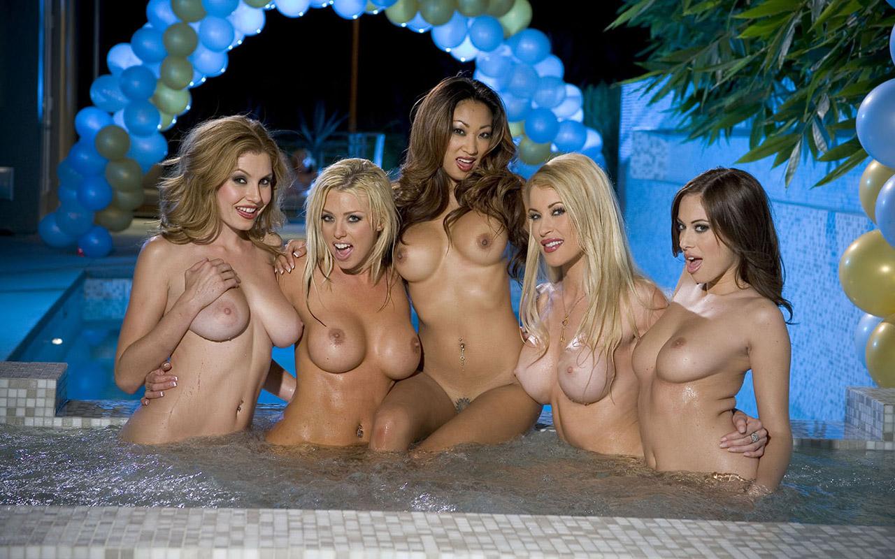【複数ヌードエロ画像】全裸のお姉ちゃんが並んで立ってるだけで幸せになれるwww
