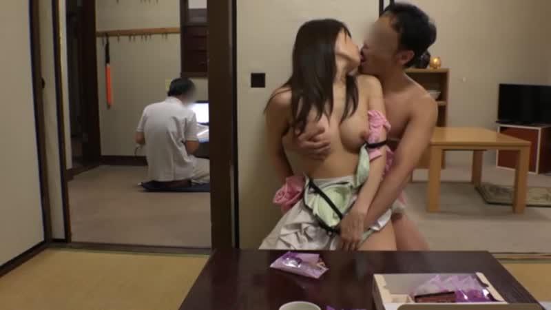 【エロ動画】妊娠中の人妻を旦那がいる隣の部屋でこっそり中出しNTR!【人妻】