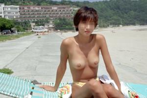 【素人露出エロ画像】海だからといって許されるものではないwww国内ビーチで露出する淑女たち