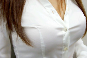 【働く女性のエロ画像】清潔な白ブラウスにそこはかとない卑猥さを感じるギャラリー